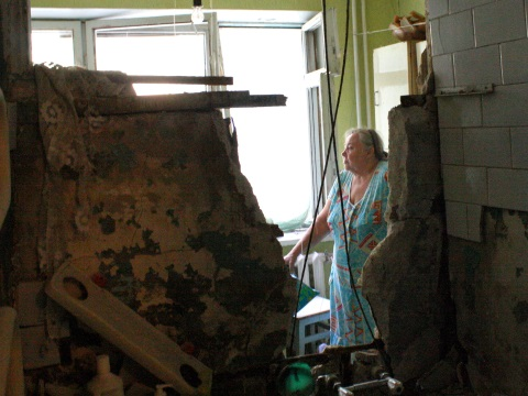 An unguided Grad rocket hit the house of Valentina Fedorovna, 77, in the Kuibyshivskyi district in Donetsk on July 19, 2014. The rocket struck the second floor, penetrated the floor and went through her kitchen and bathroom. Photo: Human Rights Watch.