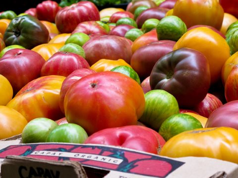 For tomatoes, apples and oats, there is no 'organic yield gap'. 'Heirloom' organic tomatoes on sale in San Francisco. Photo: Zacklur via Flickr CC-BY.