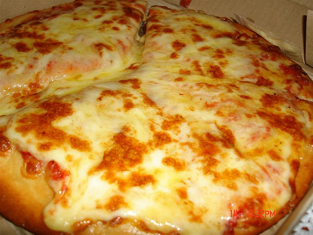Mmmm, pizza! But in the US, as much as 20% of the 'cheese' can comprise vegetable oil and starch from GMO crops. Photo: Lynac via Flickr (CC BY 2.0).
