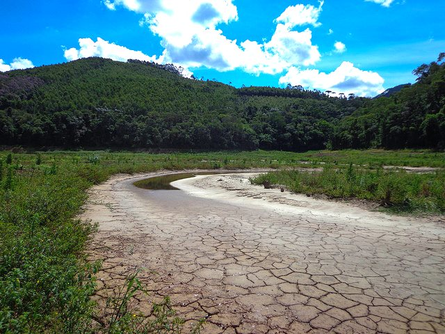 A dry branch of the Atibainha reservoir, part of the Cantareira system of reservoirs that serves Sao Paulo, 26th February 2015. Photo: Clairex via Flickr (CC BY-NC-ND).