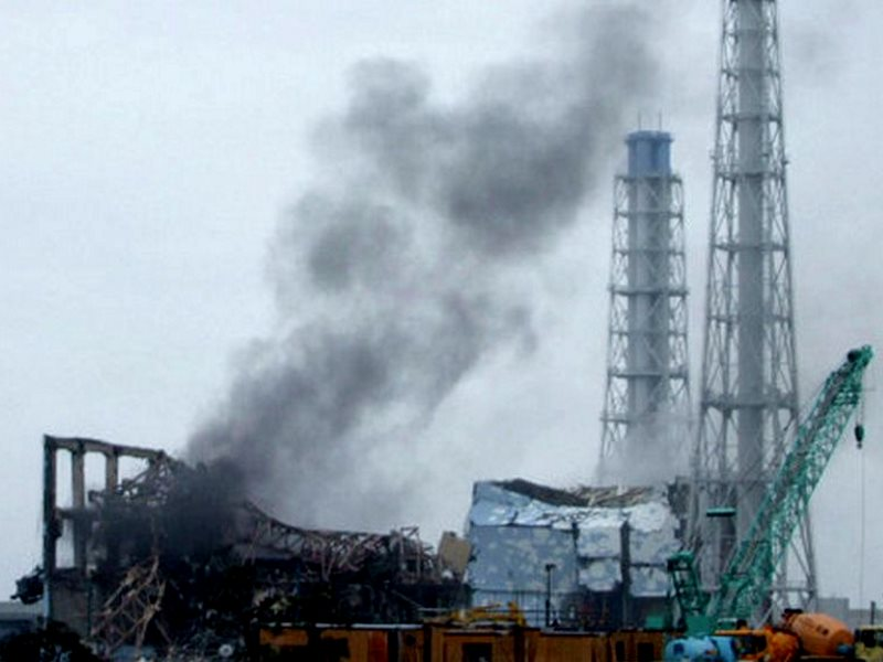 Smoke rises above the stricken Fukushima nuclear plant, 24th March 2011. Photo: deedavee easyflow via Flickr (CC BY-SA).