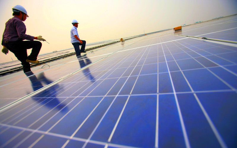 Installation of solar photovoltaic panels on the roofs of the Hongqiao Passenger Rail Terminal in Shanghai, China. Photo: Jiri Rezac / The Climate Group via Flickr (CC BY-NC-SA).