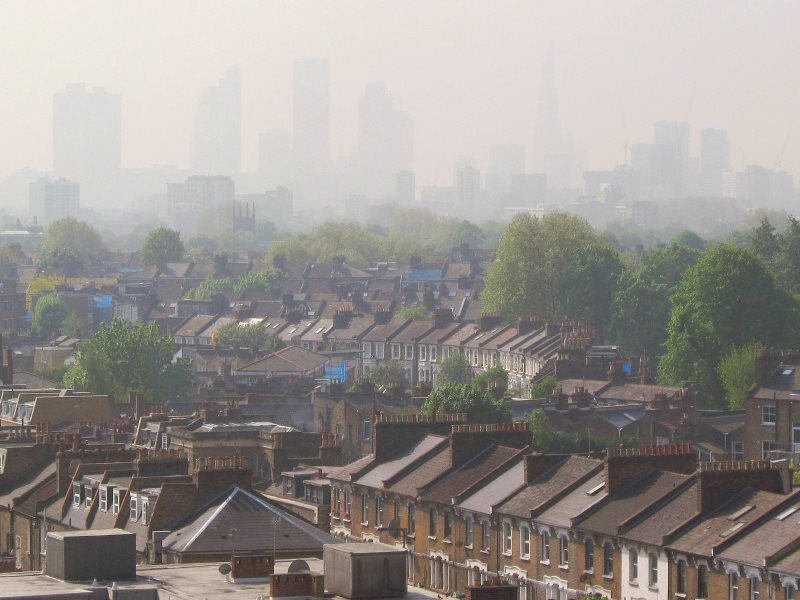 As a result of EU environmental law, the UK is being forced to clean up its severe urban air pollution. Air Pollution Level 5 as seen in London, 30th April 2014. Photo: DAVID HOLT via Flickr (CC BY-SA).