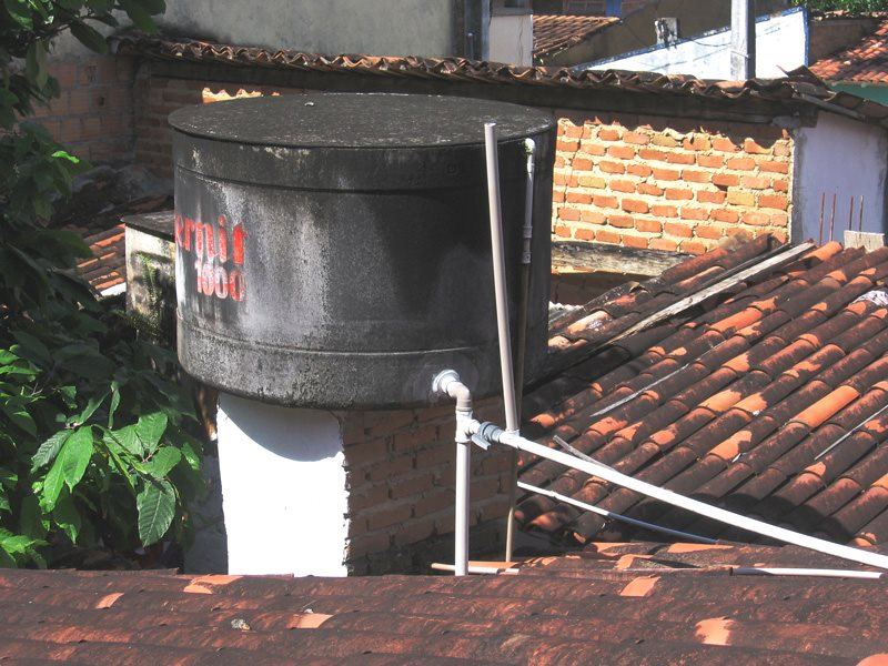 Since 2014, the insecticide Pyriproxyfen has been use to kill mosquitos in water tanks in Brazil. Water tank in Bahia state, northeast Brazil. Photo: Francois Le Minh via Flickr (CC BY-NC-ND).