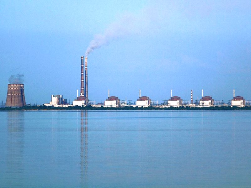 The Zaporozhye nuclear power station seen from the 'Nikopol' bank of the river Dnieper, Ukraine. Photo: Ralf1969 via Wikimedia Commons (CC BY-SA).