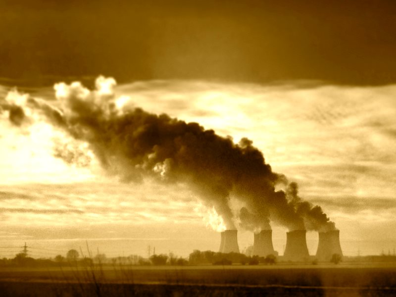 Paying coal power stations like this one at Ratcliffe-on-Soar near Junction 24 of the M1 to stay open is not the answer. Photo: UniversityBlogSpot via Flickr (CC BY).