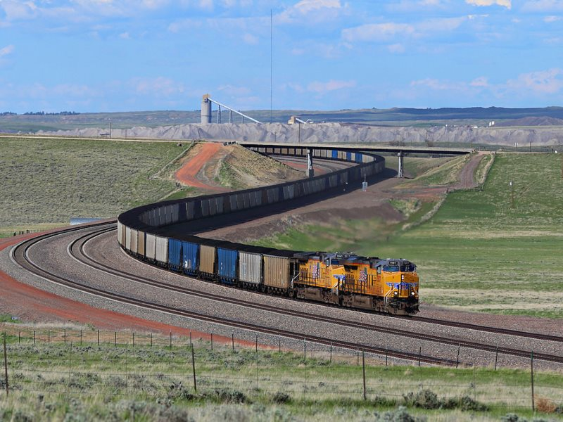 Up Coal Creek without a solar panel? UP C45ACCTE 7507 leads coal buckets through the s-curve near Coal Creek Junction, on the Orin Sub, Powder River Basin. Photo: Jerry Huddleston via Flickr (CC BY).
