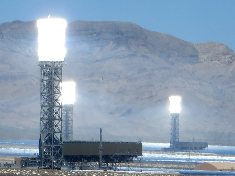 Blazing a trail? The Ivanpah Solar Electric Generating System - a concentrated solar thermal plant in the California Mojave Desert SW of Las Vegas - has a capacity of 392 MW. Photo: Ken Lund via Flickr (CC BY-SA).