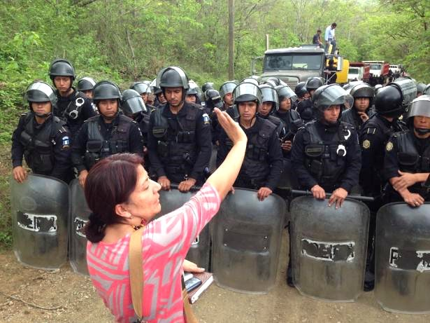 Yolanda Oquelí stands between the National Police and the mine entrance. Credit: Guatemalan Human Rights Commission.