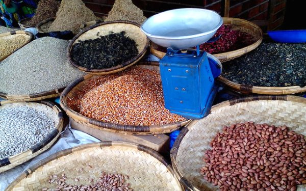 Dried beans in Blantyre Market, Malawi. Photo: Michaelphoya via Wikimedia Commons (CC BY-SA 4.0).