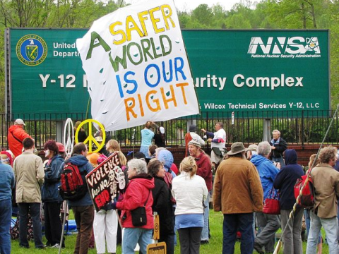 Anti-nuclear protesters at the Y-12 National Security Complex in Oak Ridge, Tennessee, USA, 16 April 2011. Photo: Brian Stansberry / Wikimedia Commons.