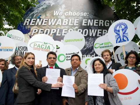 Power to the People! - delegates voice their demand at the UNFCCC meeting in Bonn. Photo: Volveremos.