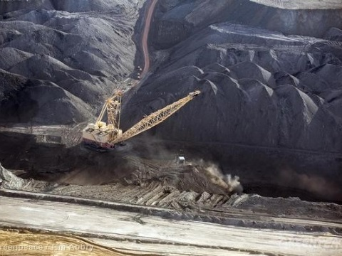 A massive open pit coal mine in the US's Powder River Basin. Photo: Greenpeace.