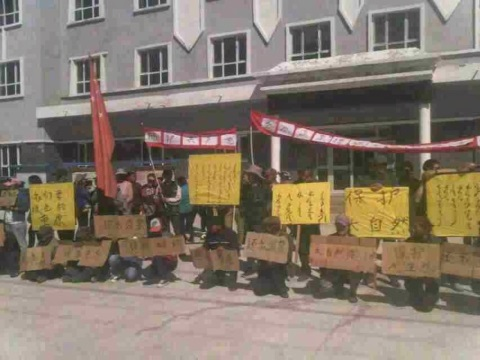 The recent protest of Mongolian herders in China's Bayangol province, Xinjiang Autonomous Region, before it was broken up by police. Photo: via Intercontinental Cry.