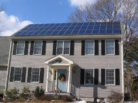With batteries and a local microgrid, this PV-powered house near Boston, Massachusetts, could eliminate its dependence on grid-supplied power. Photo: Gray Watson (256.com/solar) / Wikimedia Commons.