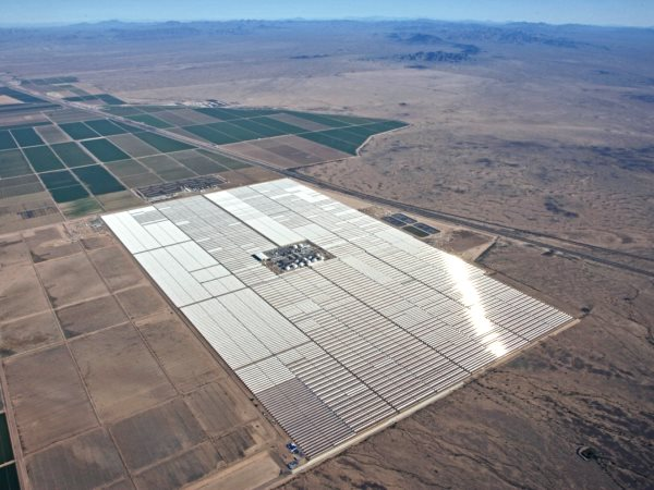 The Abengoa at Gila Bend, AZ, uses an innovative thermal energy storage system with molten salt as the energy storing media, combined with concentrating solar power (CSP) technology. Photo: US Dept of Energy.