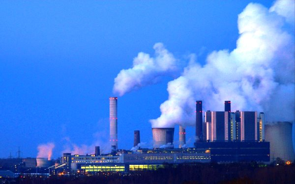 RWE's brown coal-burning Kraftwerk Weisweiler Langerwehe, North Rhine-Westphalia, Germany. Photo: Oliver Wald via Flickr (CC BY-ND 2.0).