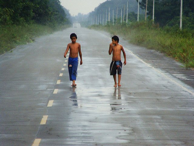 Indian children on Brazil's BR 319 road through the increasingly fragmented Amazon rainforest. Photo: Ben Sutherland via Flickr (CC BY 2.0).