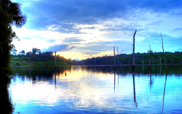 Sunrise on the Balbina hydroelectric dam in Brazil's Amazon region. Image: Seabirds via Wikimedia Commons.