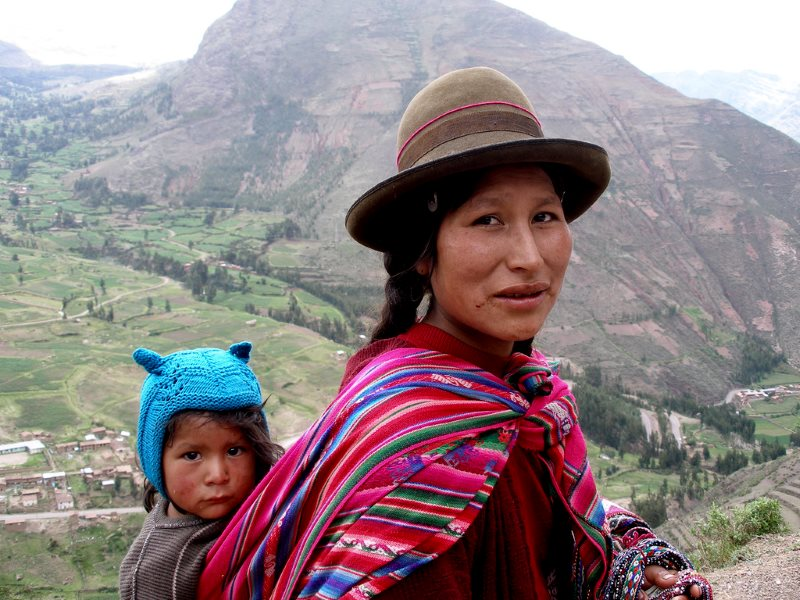Quechua mother and child in the Sacred Valley near Qosqo (Cusco), Peru. Photo: Thomas Quine via Flickr (CC BY).