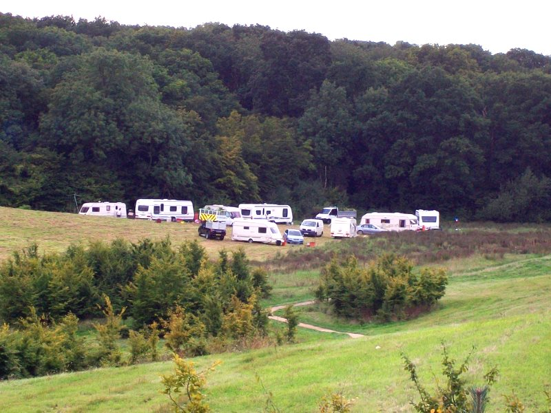 An unauthorised Travellers' site at Pryor's Wood Nature Reserve, Hertfordshire. Photo: Peter O'Connor aka anemoneprojectors via Flickr (CC BY-SA).