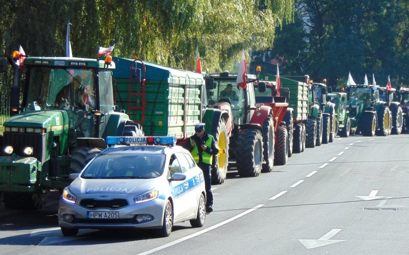 Polish farmers in tractors advancing slowly towards the Szczecin prosecutor's office, 12th October 2015, to demand that all charges are dropped. Photo: ICPPC.