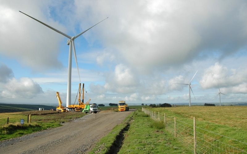 It costs a lot less than we are told: erection of a wind turbine at Alltwalis Wind Farm in Wales, set in operation December 2009. Photo: Aslak Øverås / Statkraft via Flickr (CC BY-NC-ND).