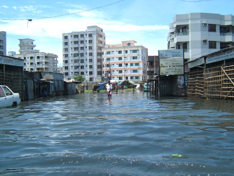 Floods in Dhaka, Bangladesh, in 2004. 17% of the country may be permanently inundated by rising seas by 2050, displacing 18 million people. Photo: dougsyme via Flickr (CC BY).