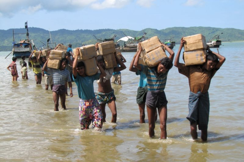 Internally displaced Rohingya residents of a camp near Sittwe carrying vital supplies of rice and cooking oil. Photo: Mathias Eick, EU/ECHO, Rakhine State, Burma, September 2013.