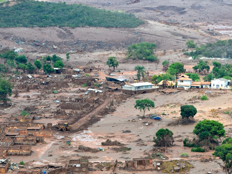 Area of Bento Rodrigues, Minas Gerais state, affected by the release of mine tailings from the failed dams. Photo: Agência Brasil Fotografias via Flickr (CC BY-NC-SA).
