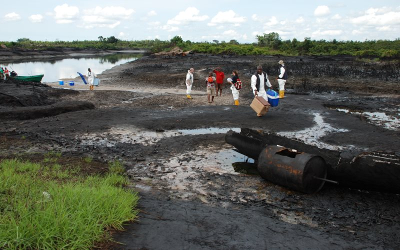 UNEP scientists investigating an oil-contaminated site in the Niger Delta accompanied by Ogoni community guides. Photo: Victor Temofe Mogbolu / UNEP.