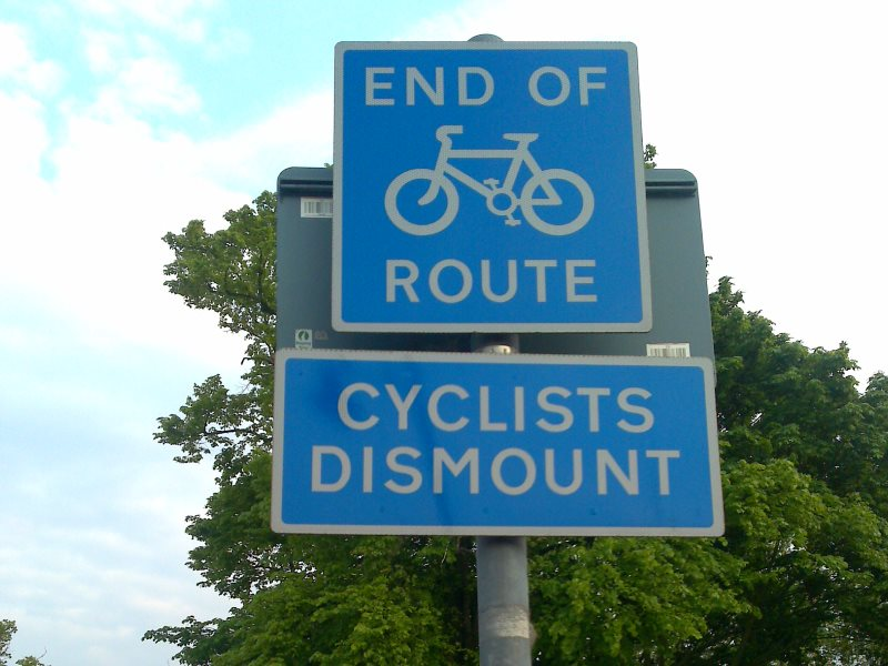 'End of Route - Cyclists dismount'. Traffic signage at Kew Green, West London. Photo: Mark Hillary via Flickr (CC BY).