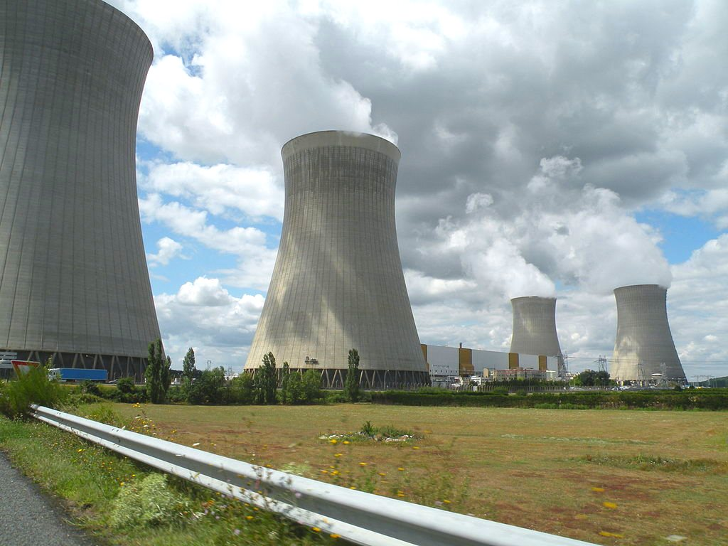EDF's 4x900MW Nuclear power plant at Dampierre-en-Burly, commissioned in 1980, will soon turn from a money machine into a monstrous financial drain. Photo: Pymouss via Wikimedia Commons (CC BY-SA).