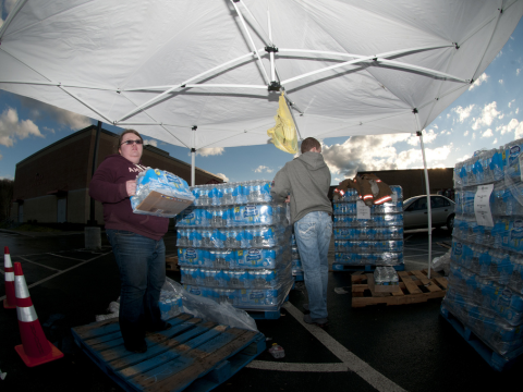 Volunteers Bethany Whisman and Blake Kenney hand out bottled water on Jan. 11, 2014, at Poca High School, W.Va. Photo: Staff Sgt. De-Juan Haley / National Guard via Flickr.com.