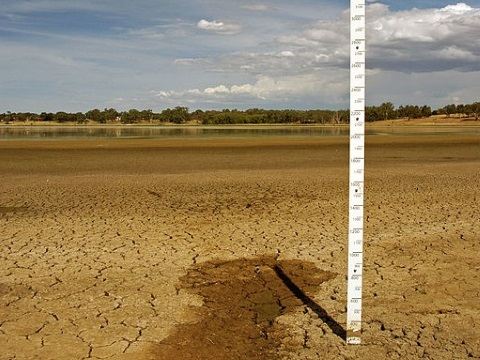 Water depth marker in the dried out bed of Lake Albert, South Australia. Photo: Bidgee via Wikimedia Commons.