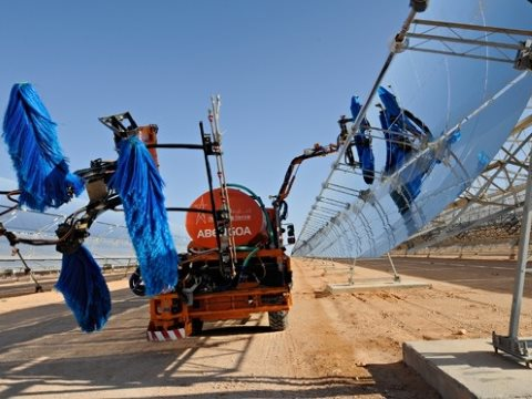 Solar reflectors being cleaned at the Ain Beni Mathar Integrated Combined Cycle Thermo-Solar Power Plant in Morocco. The World Bank provided technical assistance and managed the overall project. Photograph: Dana Smillie / World Bank.