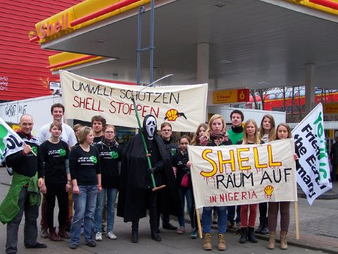BUNDjugend demonstrators take on Shell in Hamburg in early 2014. They may not stop Shell in its tracks - but there's one power that can - international finance. Photo: BUNDjugend via Flickr.