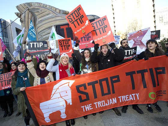 The 'No TTIP train to Brussels' and 8m high Trojan Horse lobbying the European Commission today, 4th February 2015. Photo: Jess Hurd / NoTTIP via Gobal Justice Now / Flickr (CC BY 2.0).