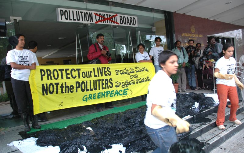 Greenpeace India activists dump toxic sludge from the Asanikunta Lake in Medak District on ineffective pollution regulators in Hyderabad. Photo: Greenpeace India via Flickr (CC BY-ND).