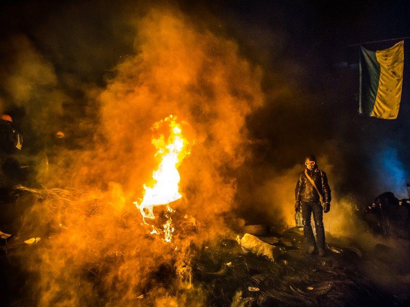 Палаюча барикада у Києві, січень 2014 року