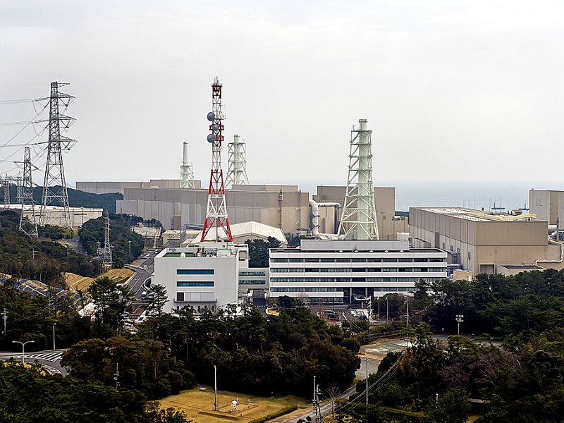 The massive 5-reactor Hamaoka nuclear site, 200km SW of Tokyo, is built directly over the subduction zone near the junction of two tectonic plates. It was closed in 2011 to avoid a second Fukushima scale disaster. Photo: Cesar Ogasawara via Flickr (CC BY-