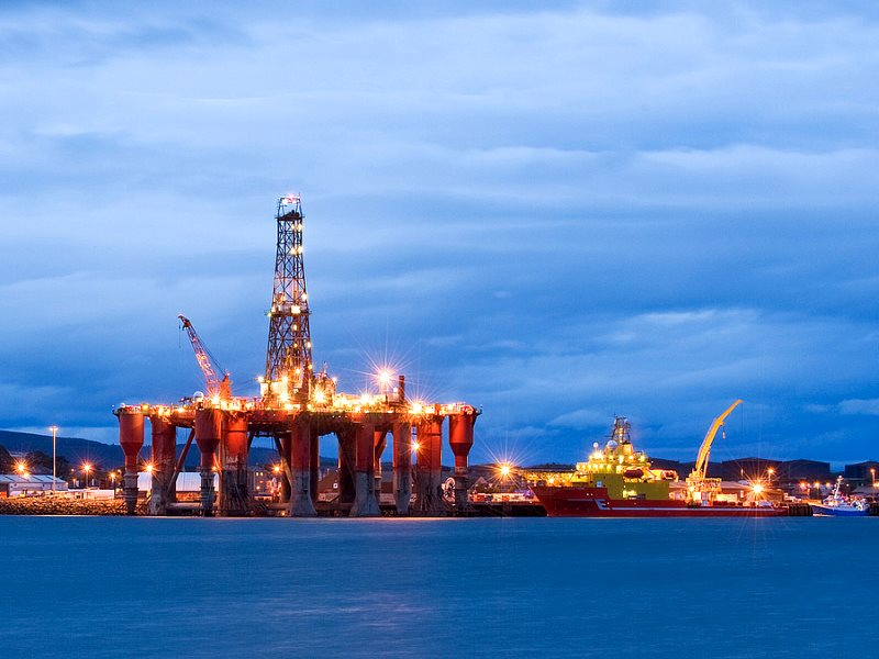 Tax breaks for oil and gas, cuts for renewables. Oil rigs moored in Cromarty Firth. Invergordon, Scotland, UK. Photo: Berardo62 via Flickr (CC BY-SA).
