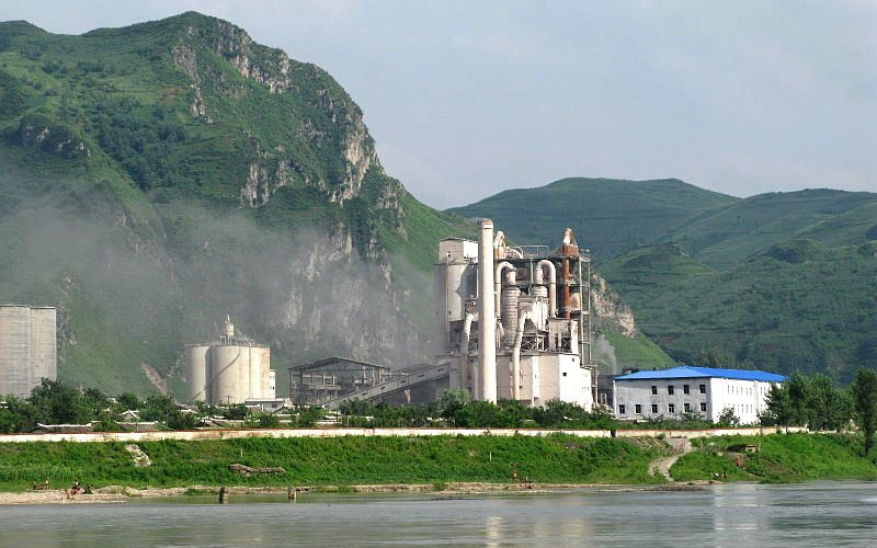 The NK cement plant near Manpo, From across the Yalu River, Ji'an. Cement making is a major source of emissions in China due to the breakneck pace of construction. Photo: Caitriana Nicholson via Wikimedia Commons (CC BY).