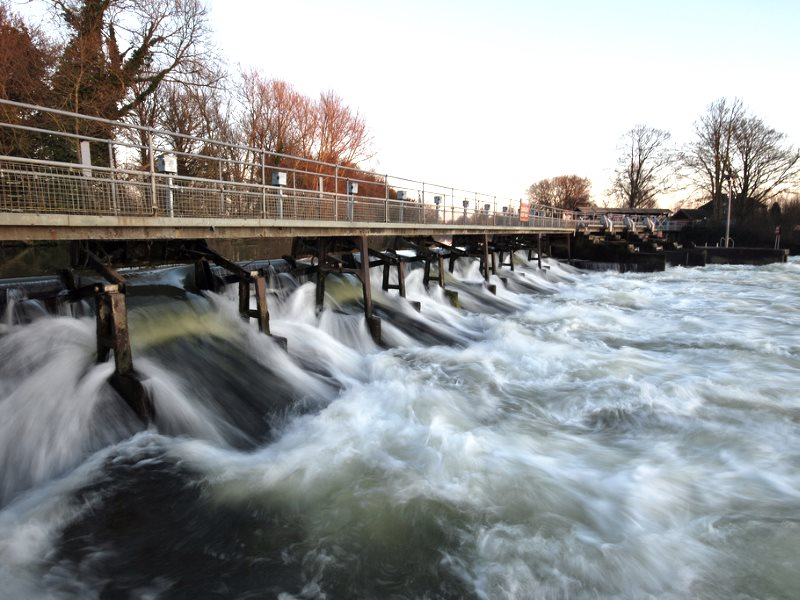 Thanks to the sudden withdrawal of tax benefits for community energy projects, these waters at Abingdon Lock, Oxfordshire, will remain unharnessed for many years to come. Photo: Victor Bayon (CC BY-NC-SA).