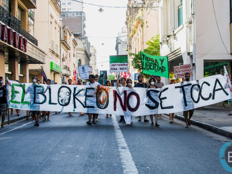 Protestors in Rosario, Argentina, comes out in support of the Monsanto blockade at Malvinas Argentinas, tth January 2016. Photo: Fernando Der Meguerditchian / Cooperativa de Comunicación La Brújula via Facebook.