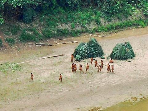 Hasil carian imej untuk Puak asli aneh berkeliaran di tebing sungai di tenggara Peru