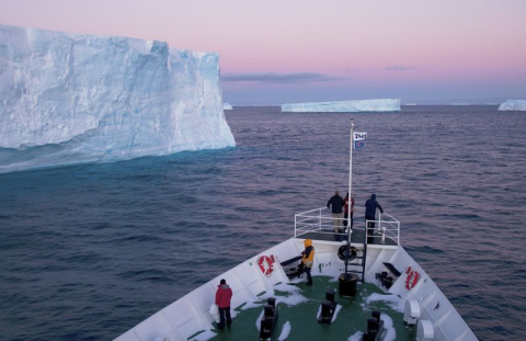 Navigating through the ice. Photo: 2041.com.
