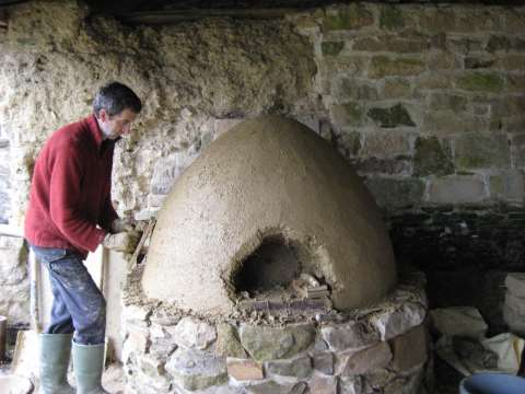The outside render coat of the cob oven completed. Photo: Smallholder Training.