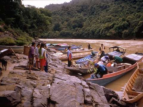 Indigenous people leaving Bato Kelau village for the last time on the Bakun River due to construction of the Bakun Dam. Photo: International Rivers via Flickr.