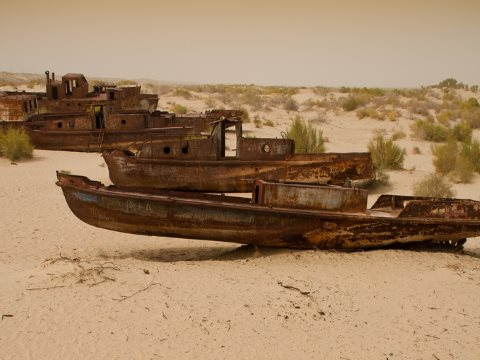 Gone fishing ... boats stranded on the Aral Desert at Moynaq, Uzbekistán. Photo: Ismael Alonso via Flickr.